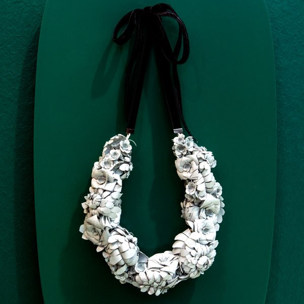 based-on-roots-collier-papier-blume-weiss